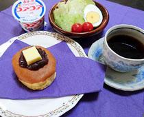朝の献立:自慢の1品「小倉ホットケーキ」、野菜サラダ、コーヒー、コアヨーグルト