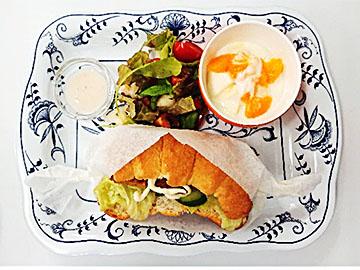 朝の献立:フィッシュカツサンド、彩りサラダフルーツヨーグルト