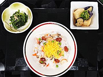 昼の献立:自慢の1品「金時豆入りバラ寿司」、ほうれん草のごま和え、なすと豆腐の揚げ浸し
