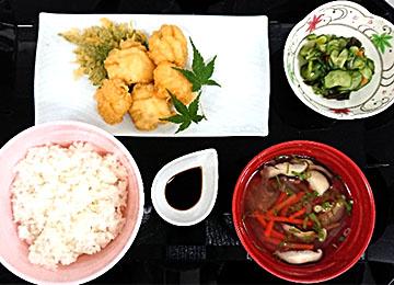 夜の献立:ごはん、ハモの天ぷら、胡瓜もみ、そば米汁