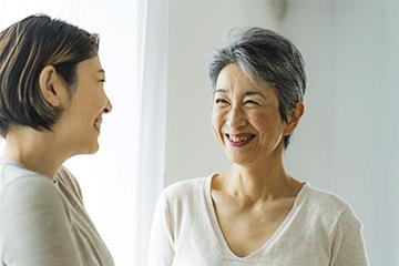 写真:笑うことは高齢者の体と心の健康を高める