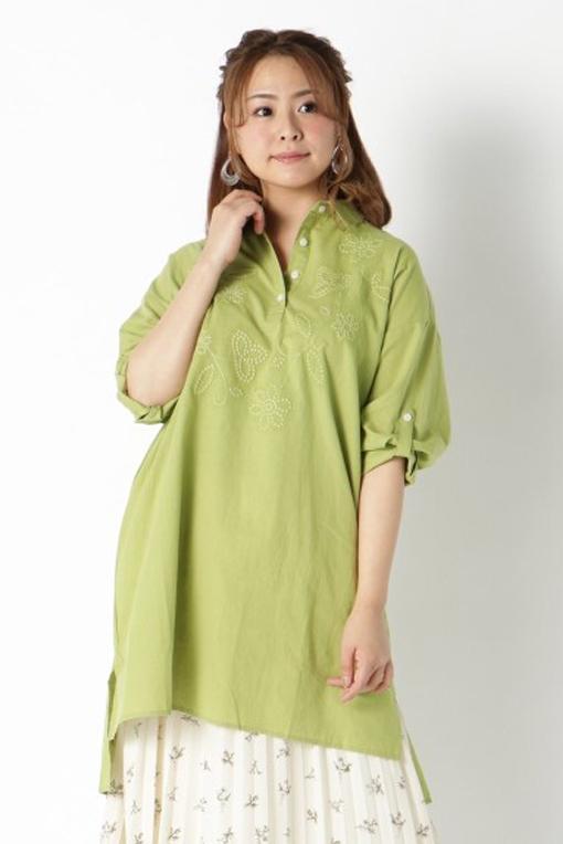 シャツらしいパリッとした襟は全身のスパイスになる ぽっちゃり美人のトップス選び