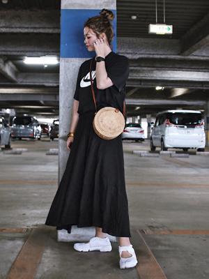 スポーツブランドのブラックTシャツ ぽっちゃりさんの夏フェスコーデにオススメ