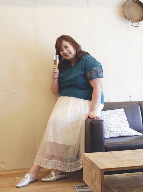 彼とのデートは、透け感がかわいいチュールスカートで華やか仕上げ 大人女子ぽっちゃりさんのロングスカートコーデ
