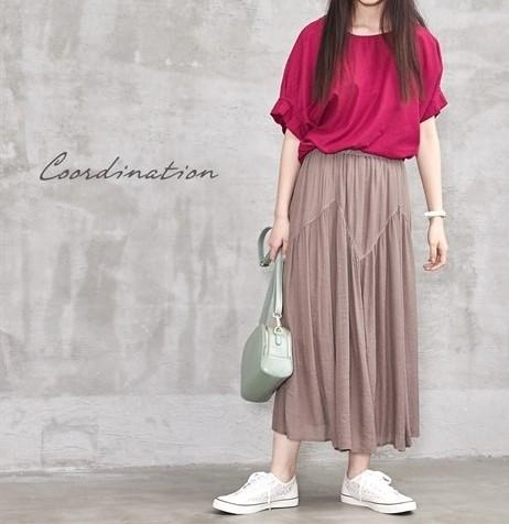 長めのスカートで甘めや綺麗めな格好の時には、ぺったんこなスニーカーも相性がいいです。ぽっちゃりさんにおすすめの秋シューズコーデ
