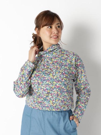 小花柄のトップスは圧迫感がなく服に着られている感じがしないので取り入れやすい柄です。