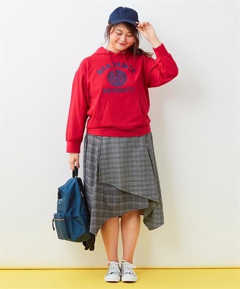 スポーティーなアイテムに秋らしいスカート  ぽっちゃりさんのパーカーコーデ