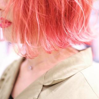 ベリーピンク 切りっぱなしボブ ピンク ショートヘア ヘアスタイルや髪型の写真・画像