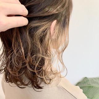 ミルクティーベージュ インナーカラー フェミニン セミロング ヘアスタイルや髪型の写真・画像