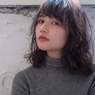 ミディアム ショートヘア グレージュ ナチュラル ヘアスタイルや髪型の写真・画像