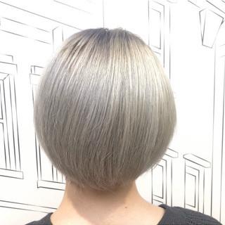 ホワイトブリーチ ホワイトシルバー モード ショート ヘアスタイルや髪型の写真・画像