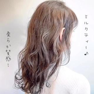 ロング 波巻き バレイヤージュ ミルクティー ヘアスタイルや髪型の写真・画像