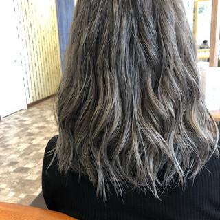 アッシュグレージュ グレージュ デート ブリーチ ヘアスタイルや髪型の写真・画像