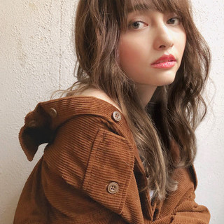 グレージュ ナチュラル ロングヘア 小顔ヘア ヘアスタイルや髪型の写真・画像