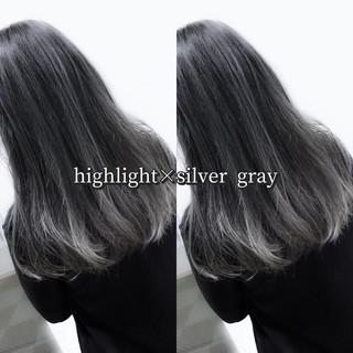 シルバーグレイ ロング シルバー ストリート ヘアスタイルや髪型の写真・画像