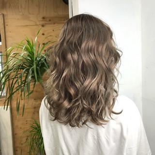 ハイライト セミロング ハイトーンカラー アッシュベージュ ヘアスタイルや髪型の写真・画像