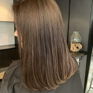 艶グレーベージュ ストレート ロブ 艶髪 ヘアスタイルや髪型の写真・画像