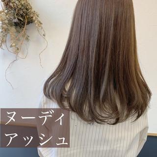 セミロング ナチュラル アッシュ シルバーアッシュ ヘアスタイルや髪型の写真・画像