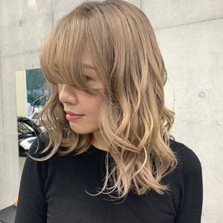 ガーリー ブロンド ミディアム ブロンドカラー ヘアスタイルや髪型の写真・画像