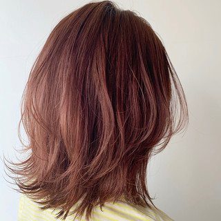 ミディアムレイヤー ベリーピンク ピンク ナチュラル ヘアスタイルや髪型の写真・画像