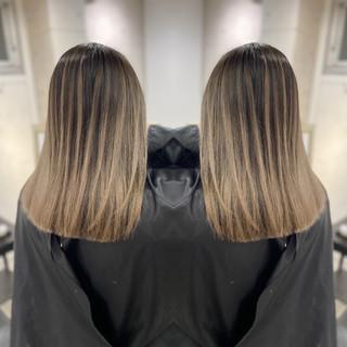 セミロング ミルクティーベージュ バレイヤージュ プラチナブロンド ヘアスタイルや髪型の写真・画像