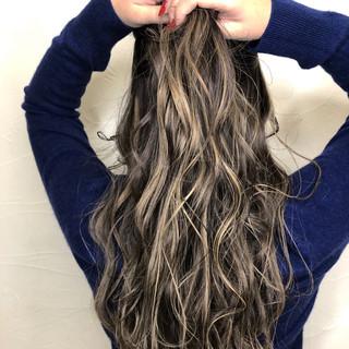 グレージュ ウェーブ ダブルカラー 上品 ヘアスタイルや髪型の写真・画像