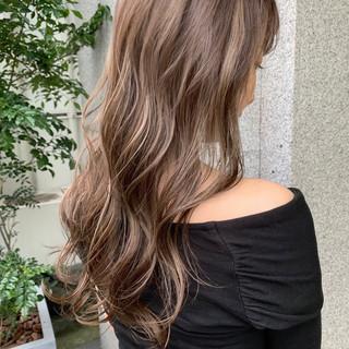 ハイライト セミロング フェミニン ベージュ ヘアスタイルや髪型の写真・画像