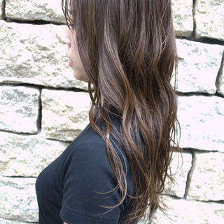 カーキアッシュ アッシュベージュ セミロング フェミニン ヘアスタイルや髪型の写真・画像