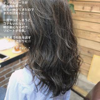 デジタルパーマ ロング アンニュイほつれヘア オフィス ヘアスタイルや髪型の写真・画像