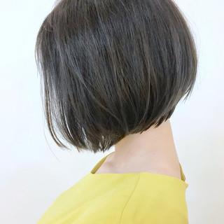 ショートヘア エレガント アッシュグレー 切りっぱなしボブ ヘアスタイルや髪型の写真・画像