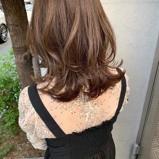 ミディアム グレージュ フェミニン ベージュ ヘアスタイルや髪型の写真・画像