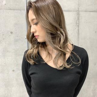 外国人風 バレイヤージュ ミルクティーベージュ ブロンドカラー ヘアスタイルや髪型の写真・画像