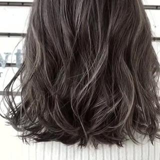 ミディアム ハイライト グレージュ ストリート ヘアスタイルや髪型の写真・画像