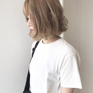 フェミニン ハイトーンカラー ミルクティーベージュ 切りっぱなしボブ ヘアスタイルや髪型の写真・画像