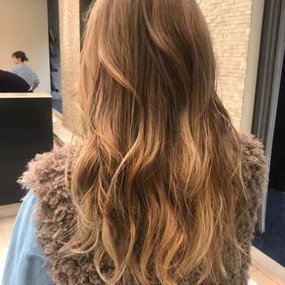 ミルクティーベージュ ロング デート ハイトーン ヘアスタイルや髪型の写真・画像
