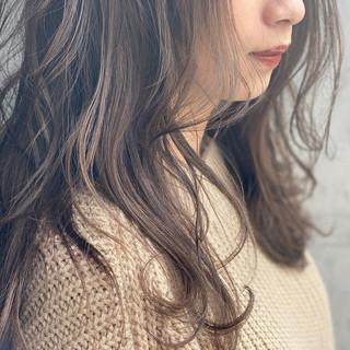 ミルクティーベージュ アンニュイほつれヘア ロング 大人かわいい ヘアスタイルや髪型の写真・画像