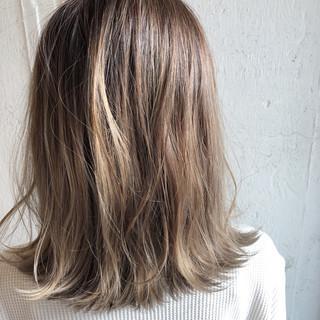 ミディアム シルバーアッシュ ハイライト シルバー ヘアスタイルや髪型の写真・画像