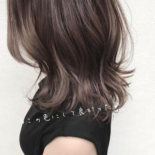 ミルクティーベージュ ミディアムヘアー ミディアム ナチュラル ヘアスタイルや髪型の写真・画像