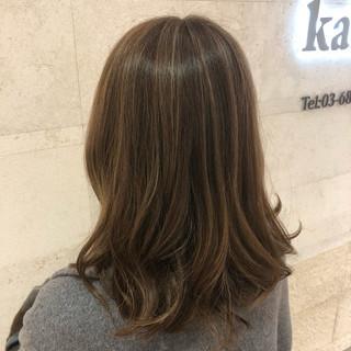 セミロング 巻き髪 ナチュラル モテ髮シルエット ヘアスタイルや髪型の写真・画像