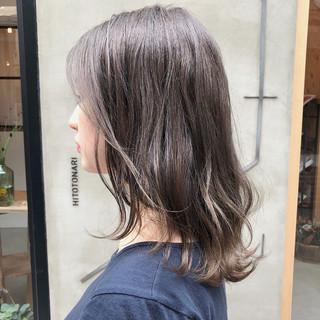 スモーキーカラー グレージュ ヘアアレンジ ナチュラル ヘアスタイルや髪型の写真・画像
