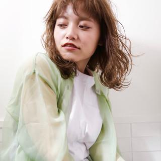 透け感ヘア ナチュラル ベージュ ゆるふわパーマ ヘアスタイルや髪型の写真・画像