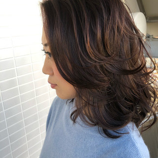 フェミニン ミディアム ミディアムレイヤー スウィングレイヤー ヘアスタイルや髪型の写真・画像
