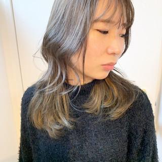 アッシュグレージュ ハイライト ミディアム ナチュラル ヘアスタイルや髪型の写真・画像