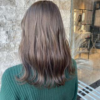 ミルクティーベージュ セミロング ミルクティーグレージュ アッシュベージュ ヘアスタイルや髪型の写真・画像