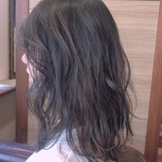 デート ミディアム アッシュグレー ナチュラル可愛い ヘアスタイルや髪型の写真・画像
