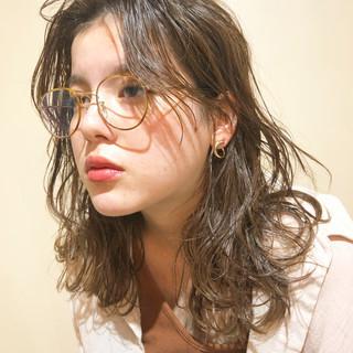 アンニュイ ナチュラルベージュ ナチュラル セミロング ヘアスタイルや髪型の写真・画像