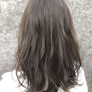 ミディアム グレージュ 秋 ゆるふわ ヘアスタイルや髪型の写真・画像