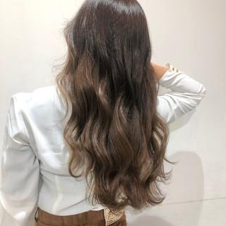 グラデーション エレガント 巻き髪 ミルクティーベージュ ヘアスタイルや髪型の写真・画像