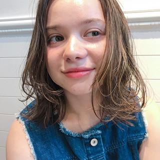 ミディアム フェミニン ハイライト エフォートレス ヘアスタイルや髪型の写真・画像 ヘアスタイルや髪型の写真・画像