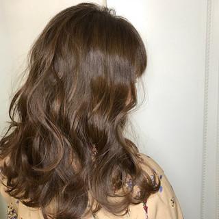 ミルクティーベージュ セミロング ベージュ フェミニン ヘアスタイルや髪型の写真・画像